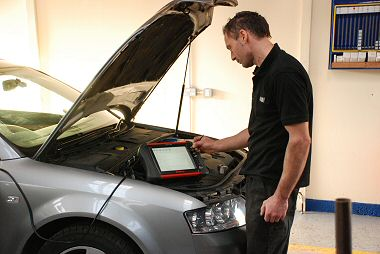 Using Snap-on Verus tablet PC to diagnose an engine fault.